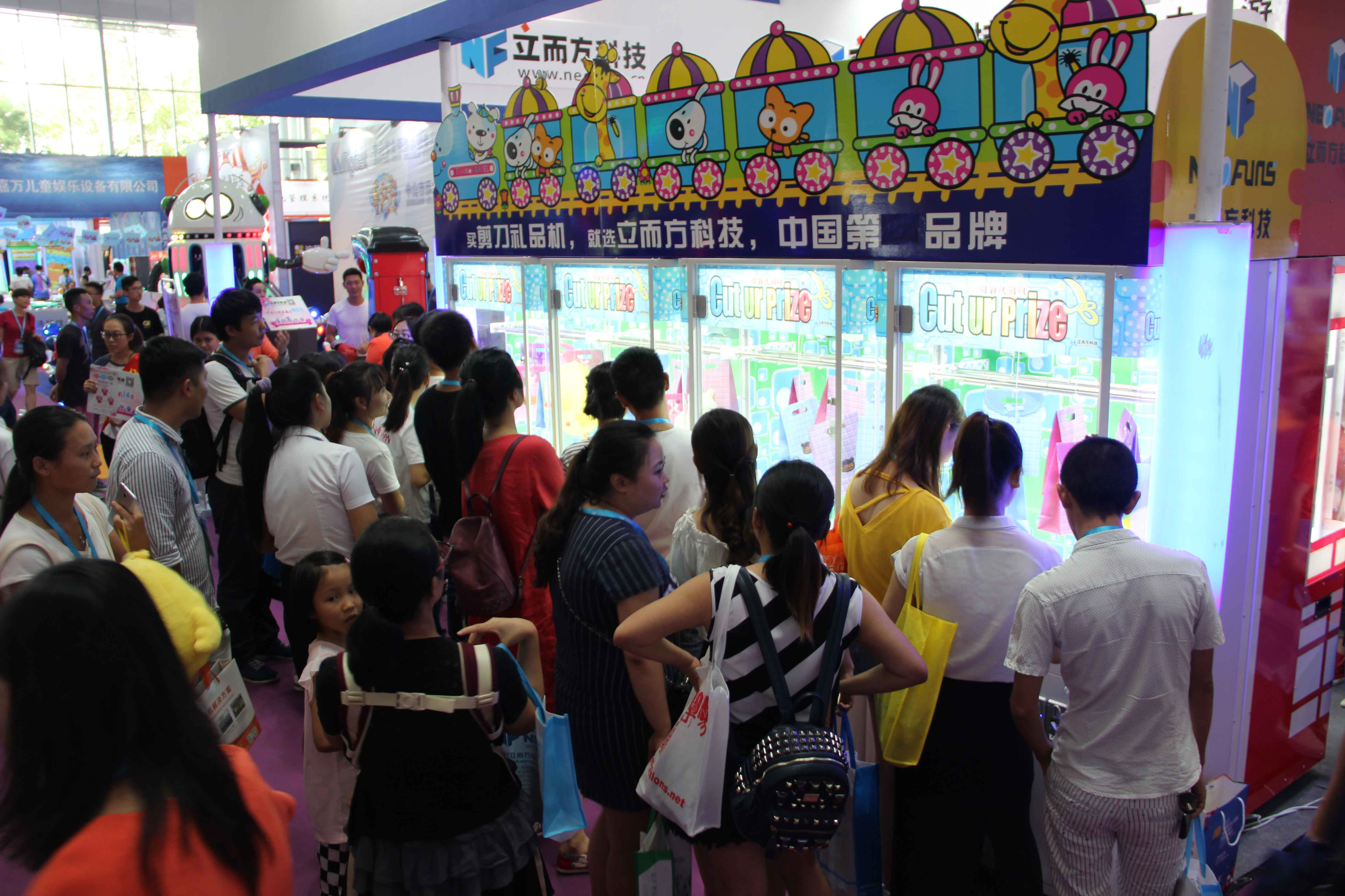 How to operate the claw machine?