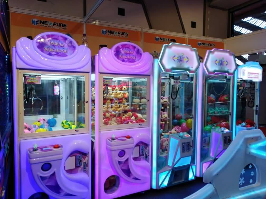 How to operate claw crane machine?